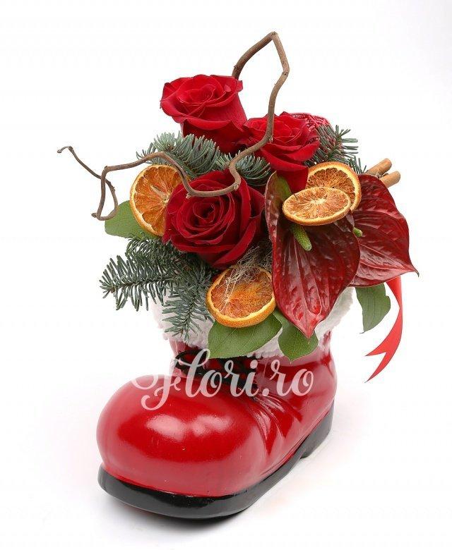 trandafiri roșii,  anthurium roșii, corylus, felii de portocală, scorțișoara, globuri, brad, verdeață