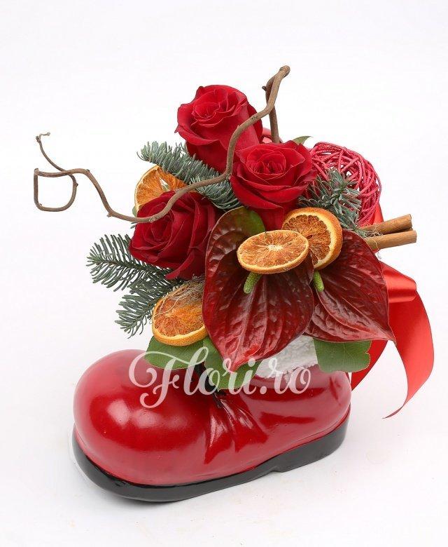 3 trandafiri roșii, 2 anthurium roșii, corylus, felii de portocală, scorțișoara, globuri, brad, verdeață
