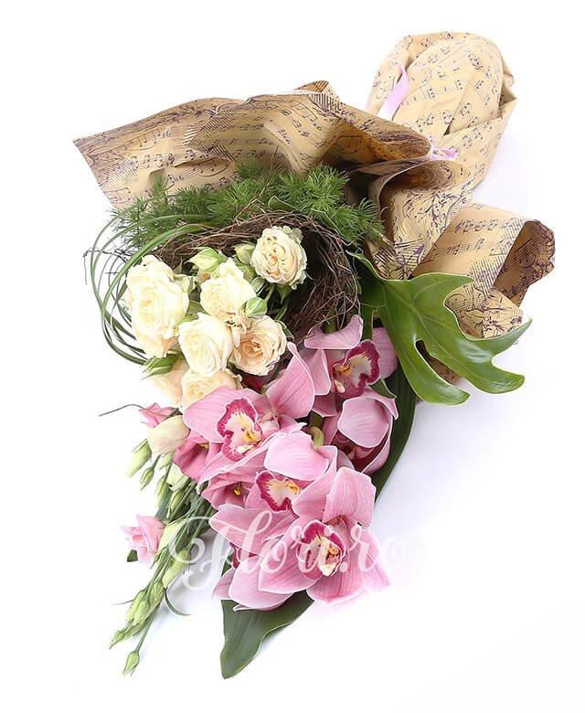1 cymbidium roz, 3 lisianthus roz, 3 miniroze crem, filodendron, suport cuib, verdeață