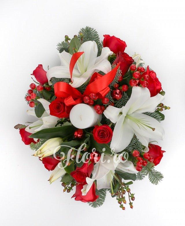 11 trandafiri roșii, 8 hypericum roșu, 2 crini albi, lumânare, globuri, brad