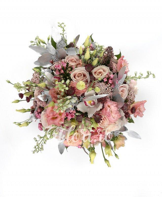 17 trandafiri roz, 9 lisianthus roz, 6 bouvardia roz, 5 delphinium, 5 astranția roșie, 3 schimia, 5 cupe orhidee, verdeață