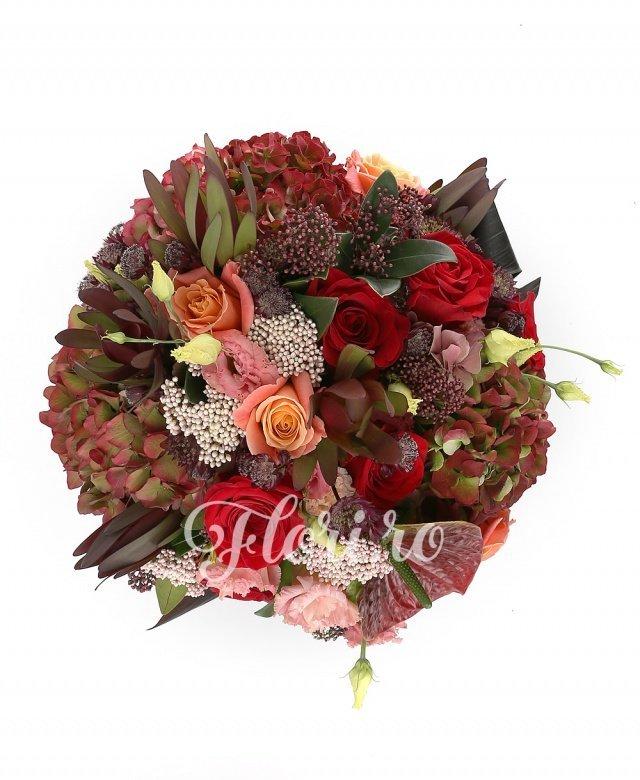 3 hortensii roșii, 5 trandafiri roșii, 4 trandafiri portocalii, 5 leucadendron roșii, 5 floare de orez, 5 astranția roșii, 2 schimia, 1 anthurium roșu, verdeață