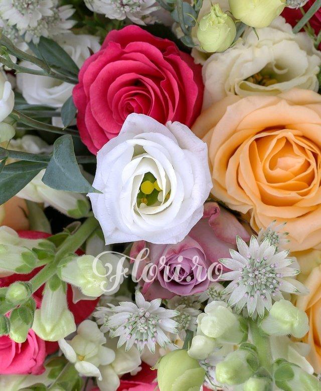 9 trandafiri crem, 6 trandafiri ciclam, 10 gura leului albe, 5 lisianthus alb, 5 lisianthus crem, 6 trandafiri mov, 10 astranția alba, verdeață