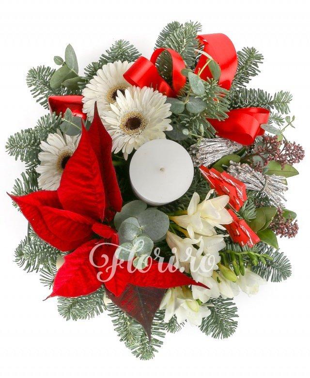 5 frezii albe, 3 gerbera albe, 2 fire schimia, 1 poinsettia, globuri, decorațiuni, verdeață