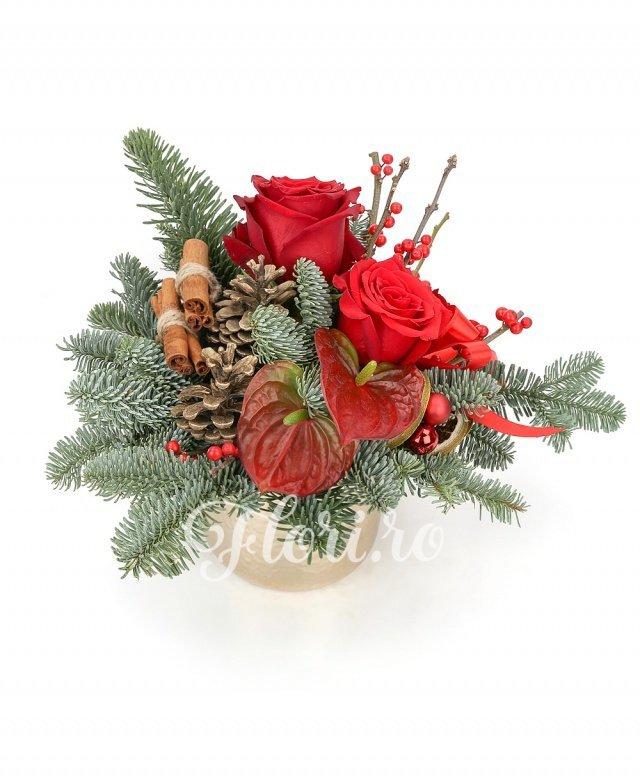 trandafiri roșii,  ilex,  anthurium roșu, conuri, brad, scorțișoară, globuri