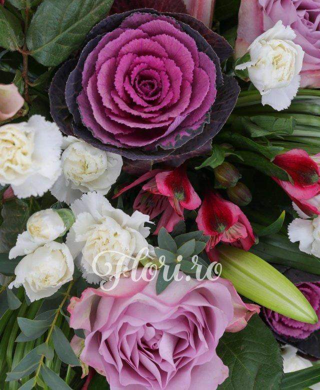 3 trandafiri mov, 3 brasica, 5 minigaroafe albe, 4 alstroemeria rosii, 3 crini roz imperiali, beargrass, aspidistra, eucalypt, vas ceramic
