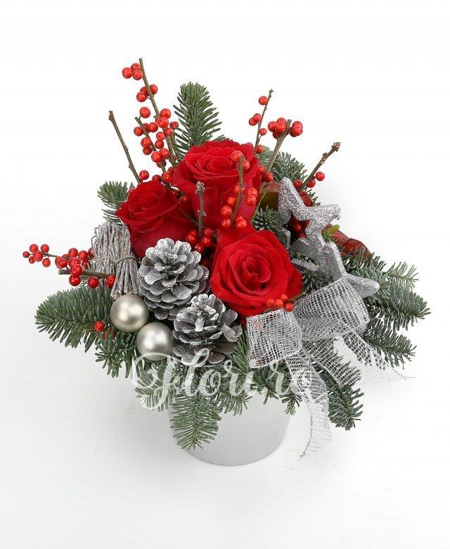 3 trandafiri roșii, 2 anthurium roșii, globuri, steluțe, felii lămâi uscate, brad, verdeață