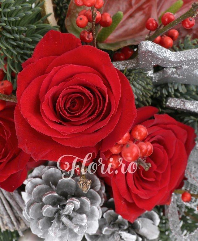 3 trandafiri rosii, conuri brad, globuri, stelute, ilex, 2 anthurium rosu, felii lamai uscate, 2 legatura crengi uscate, brad, vas ceramic