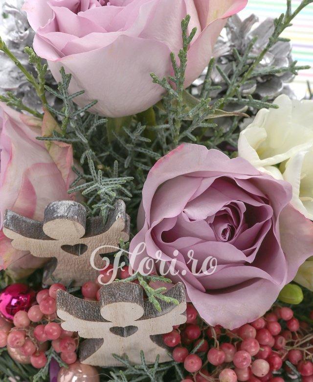 3 trandafiri mov, 10 frezii albe, globuri, îngeri, verdeață