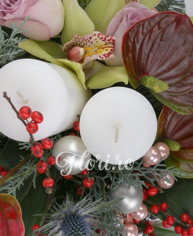 anthurium,  trandafiri mov,  miniroza roz,  cymbidium verde,  eryngium,  lisianthus alb, ilex, lumânări, globuri, verdeață