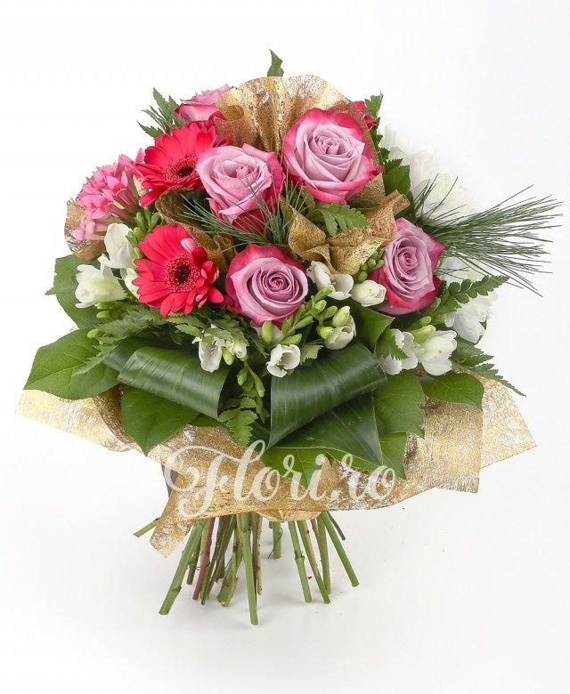 3 gerbera ciclam, 5 trandafiri mov, 3 bouvardia roz, 2 crizanteme albe, 10 frezii albe, verdeață