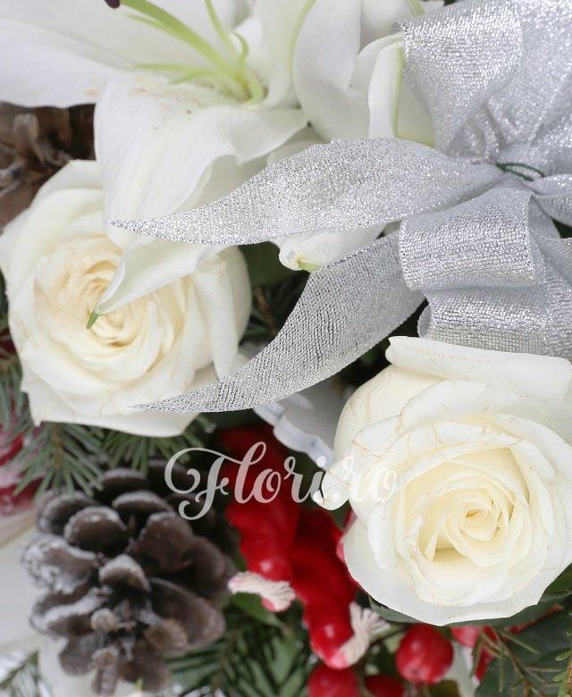 3 trandafiri albi, 1 crin imperial alb, 1 hypericum roșu, 3 lumânări roșii, verdeață, vas