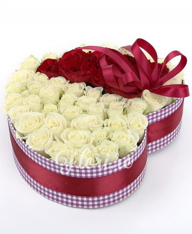 15 miniroze albe, 2 minigaroafe roșii