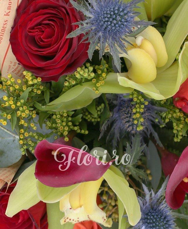 3 cale roșii, 3 trandafiri portocalii, 3 trandafiri roșii, 2 fire eryngium, verdeață