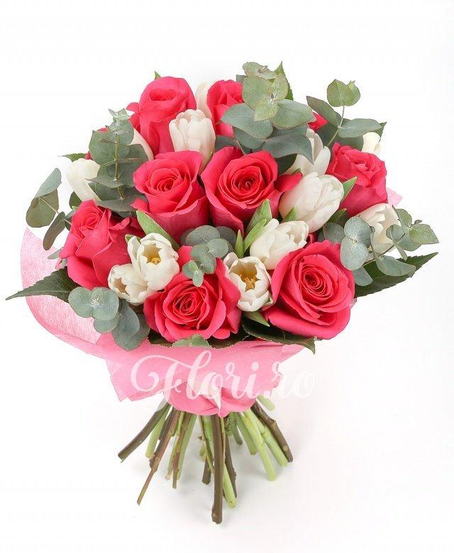 11 trandafiri ciclam, 12 lalele albe, verdeață