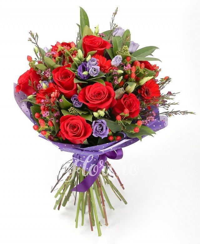 9 trandafiri roșii, 7 gerbera roșii, 5 lisianthus mov, 5 hypericum roșu, verdeață