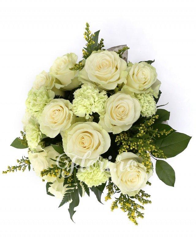 11 trandafiri albi, 10 garoafe verzi, verdeață