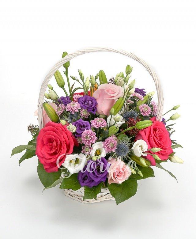 3 crini portocalii, 4 trandafiri roz, 3 trandafiri ciclam, 5 santini mov, 2 eryngium, 3 lisianthus mov, 2 lisianthus alb, verdeață