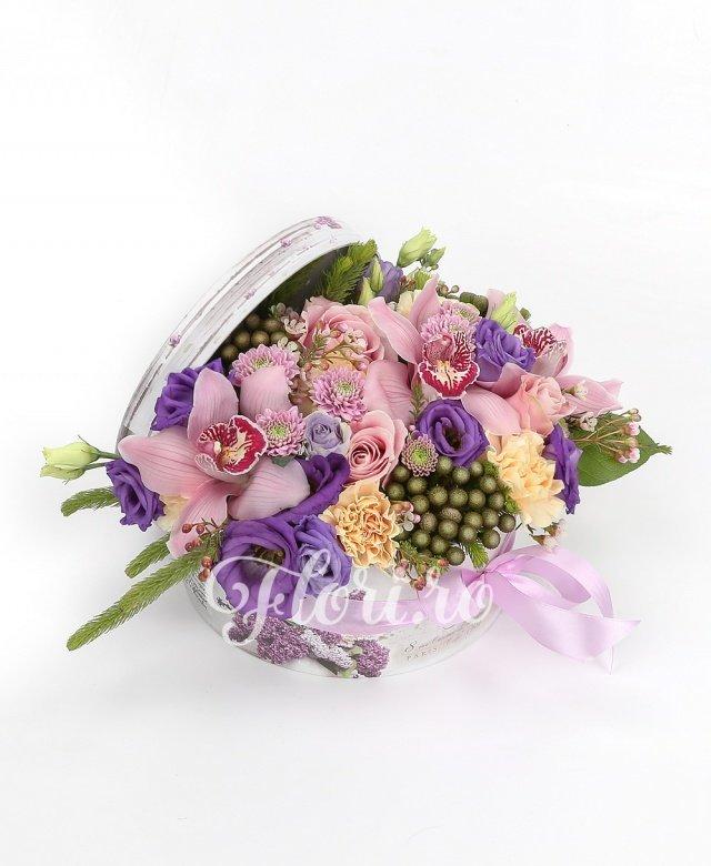 3 crini portocalii, 4 trandafiri roz, 3 trandafiri cyclam, 5 santini mov, 2 eryngium, 3 lisianthus mov, 2 lisianthus alb, schimia, salal, coș