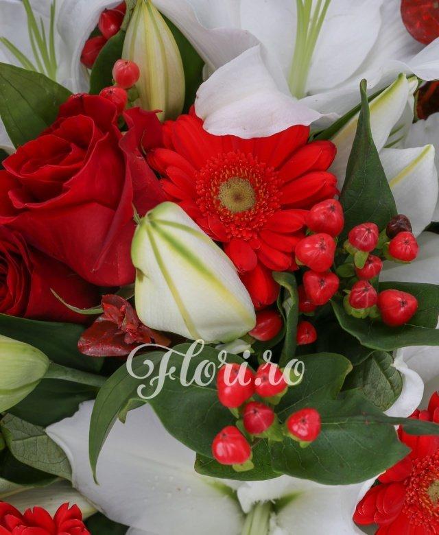 3 crini imperiali albi, 7 trandafiri roșii, 7 gerbera roșie, 3 hypericum roșu, verdeață