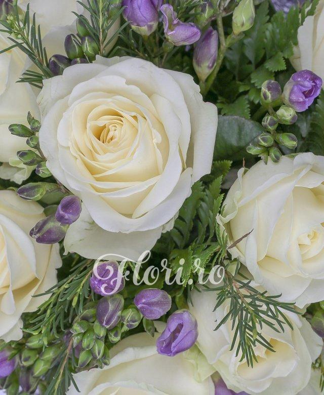 11 trandafiri albi, 20 frezii mov, verdeață