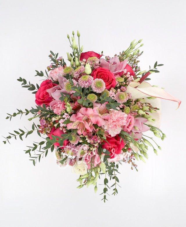 7 trandafiri ciclam, 5 garoafe roz, 10 bouvardia roz, 10 santini roz, 3 alstroemeria roz, 2 anthurium roz, verdeață