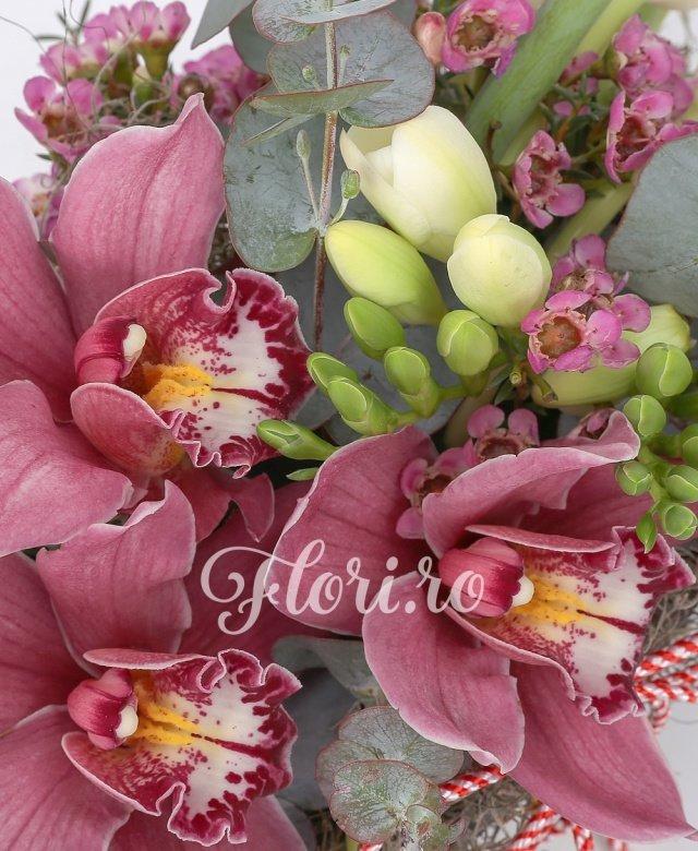 7 lalele albe, 5 frezii albe, 3 cupe orhidee, verdeață