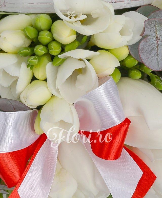 9 lalele albe, 8 frezii albe, salal, eucalypt, cutie