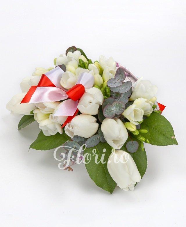 lalele albe,  frezii albe, salal, eucalypt, cutie