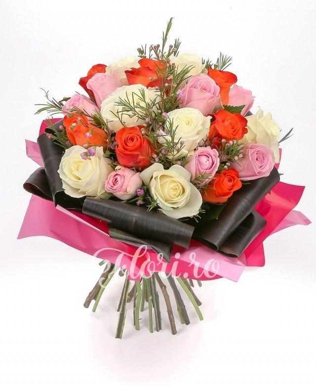 7 trandafiri roșii, 7 trandafiri albi, 7 trandafiri roz, verdeață