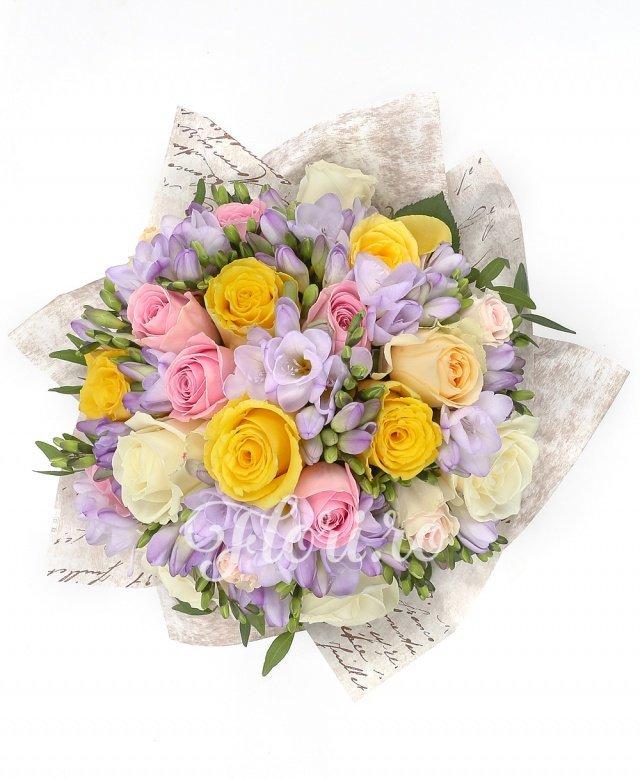 5 trandafiri albi, 7 trandafiri roz, 5 trandafiri galbeni, 20 frezii mov
