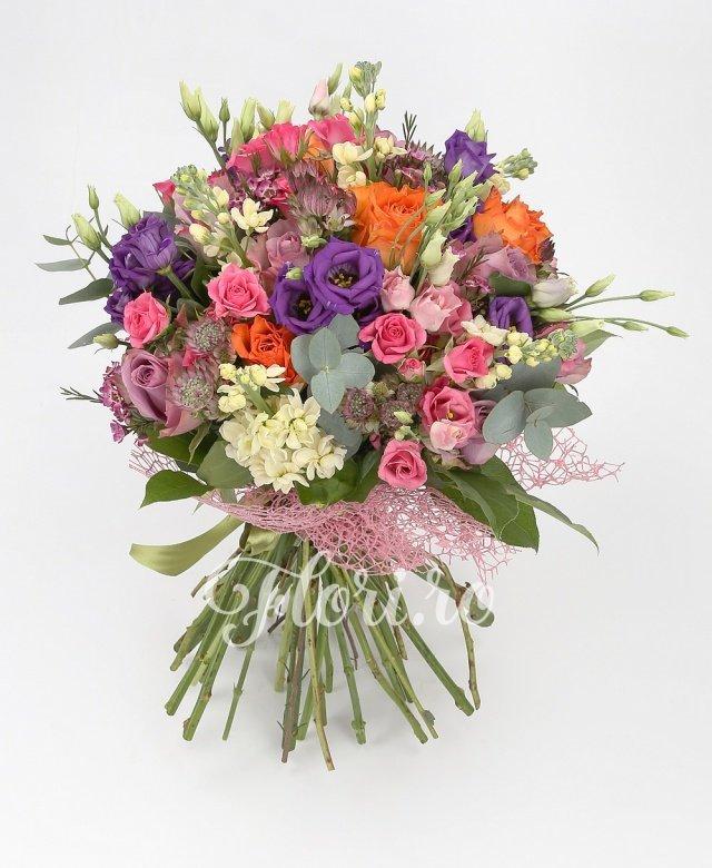 5 trandafiri portocalii, 5 trandafiri mov, 4 miniroze roz, 7 lisianthus mov, 4 lisianthus roz, 5 mathiolla albe, waxflower roz, astranția grena, verdeață