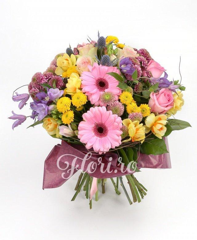 2 gerbera roz, 2 trandafiri roz, 3 trandafiri ivoir, 4 santini galben, 4 santini mov, 3 eryngium, 7 frezii galbene, 2 clematis, verdeață