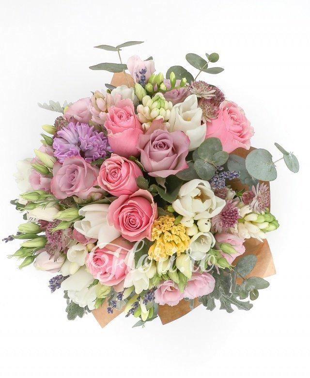 5 trandafiri roz, 4 trandafiri mov, 5 zambile multicolore, 5 lalele albe, 5 lisianthus roz, 5 astranția roz, 5 frezii albe, verdeață