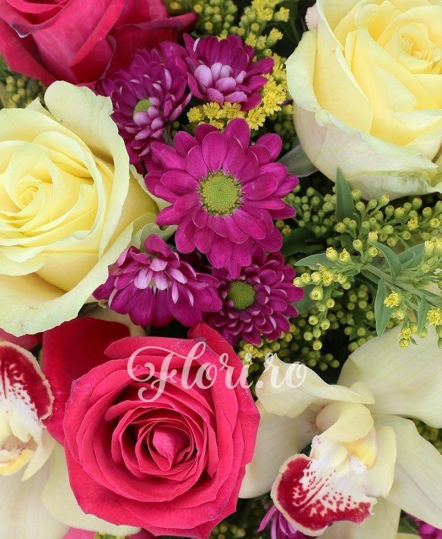 6 trandafiri galbeni, 5 trandafiri ciclam, 5 crizanteme mov, 5 solidago, cymbidium, verdeață