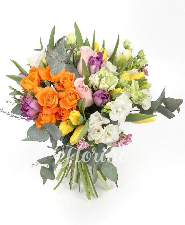 2 trandafiri roz, 3 miniroze portocalii, 4 lisianthus alb, 7 lalele mov, 8 lalele galbene, 7 frezii albe, verdeață