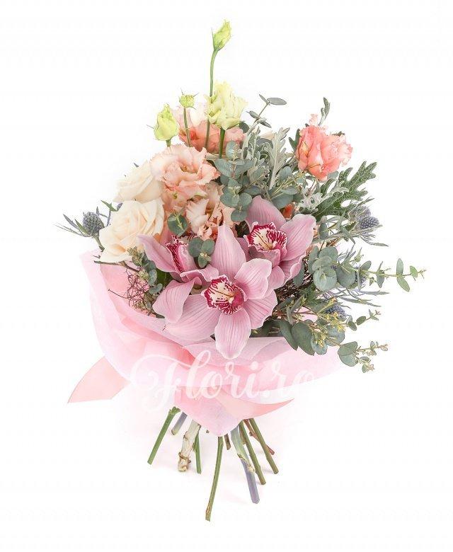 3 trandafiri crem, 3 lisianthus roz, cymbidium roz, 3 eryngium, verdeață