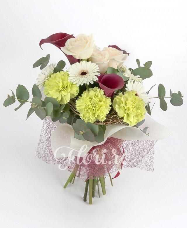 3 trandafiri crem, 3 cale grena, 4 gerbera albe, 3 garoafe verzi, verdeață