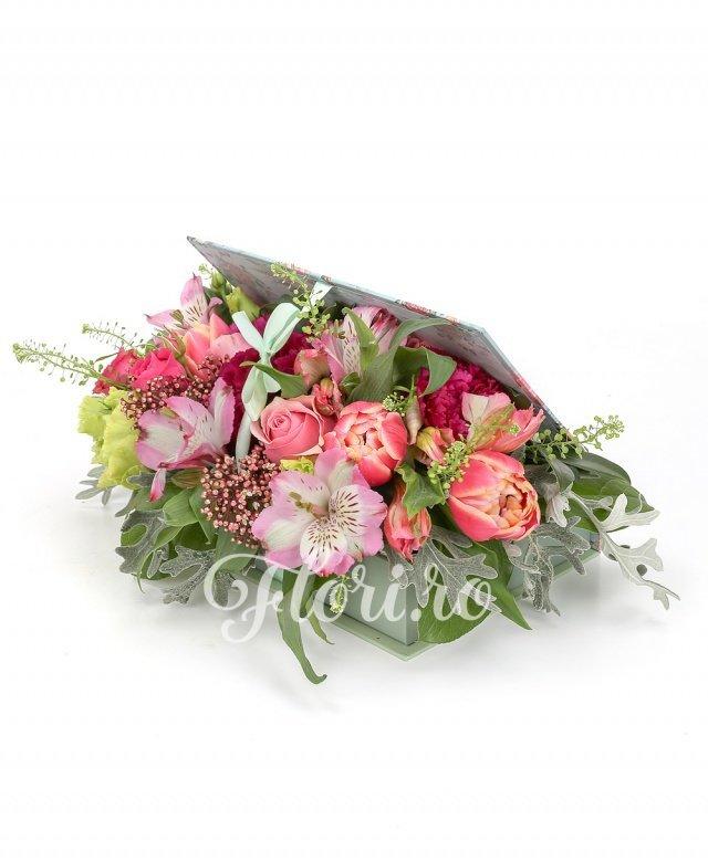 3 trandafiri roz, 2 miniroze ciclam, 5 lalele roz, 2 lisianthus verzi, 2 alstroemeria roz, 3 garoafe ciclam, verdeață