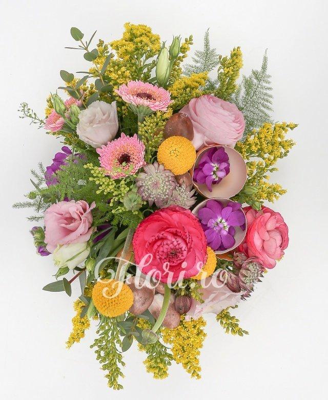 3 gerbera roz, 3 craspedia, 2 mathiolla, 3 ranunculus roz, 3 lisianthus roz, 3 solidago, 2 astranția roz, verdeață