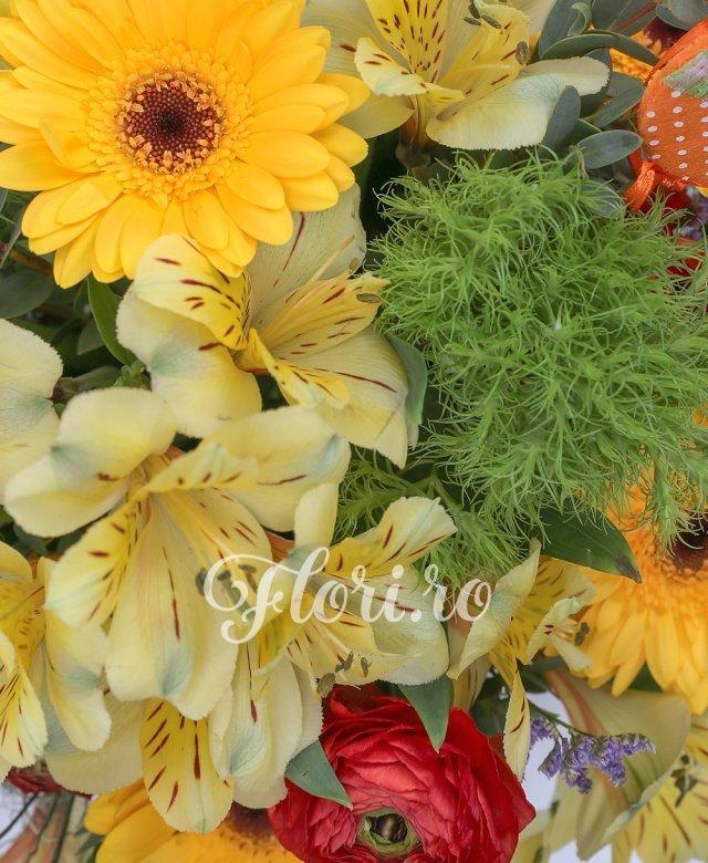 gerbera galbene,  alstroemeria galbene,  ranunculus roșu,  garoafe verzi, limonium mov, verdeață
