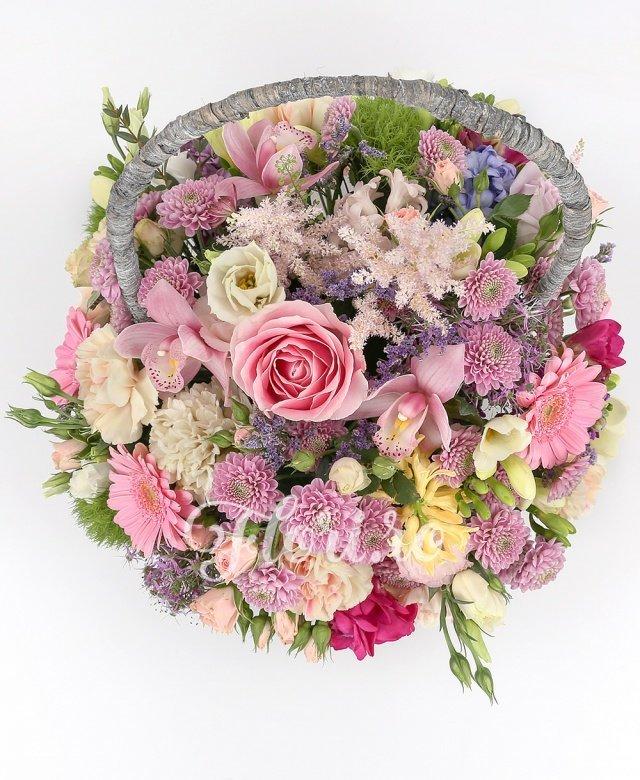 2 trandafiri mov, 1 trandafir roz, 3 gerbera roz, 7 garoafe crem, cymbidium roz, 2 astilbe roz, 3 lisianthus alb, 3 allium, 3 frezii cyclam, 5 santini roz, 5 frezii albe, 5 miniroze roz, limonium mov, 2 garoafe verzi, coș