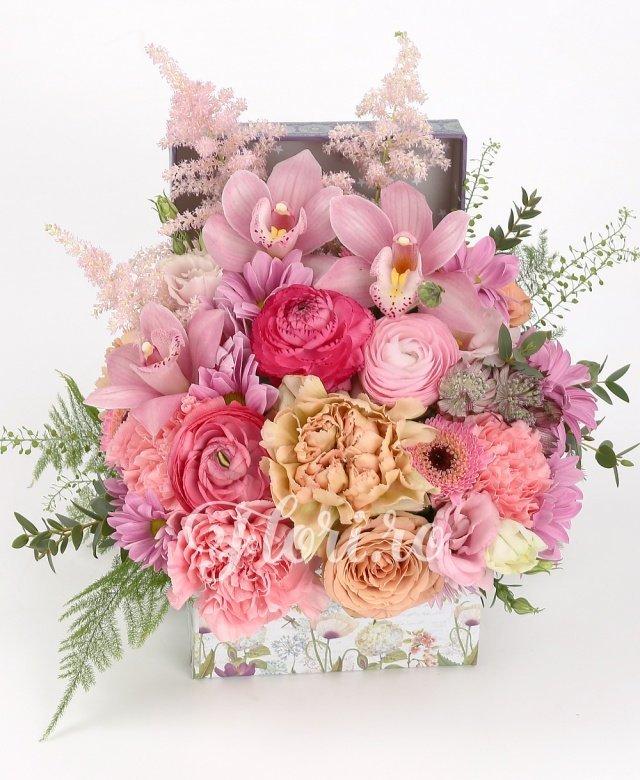 2 trandafiri, 3 ranunculus roz, 2 gerbera roz, 3 lisianthus roz, 3 astilbe roz, 3 garoafe roz, 2 crizanteme roz, verdeață