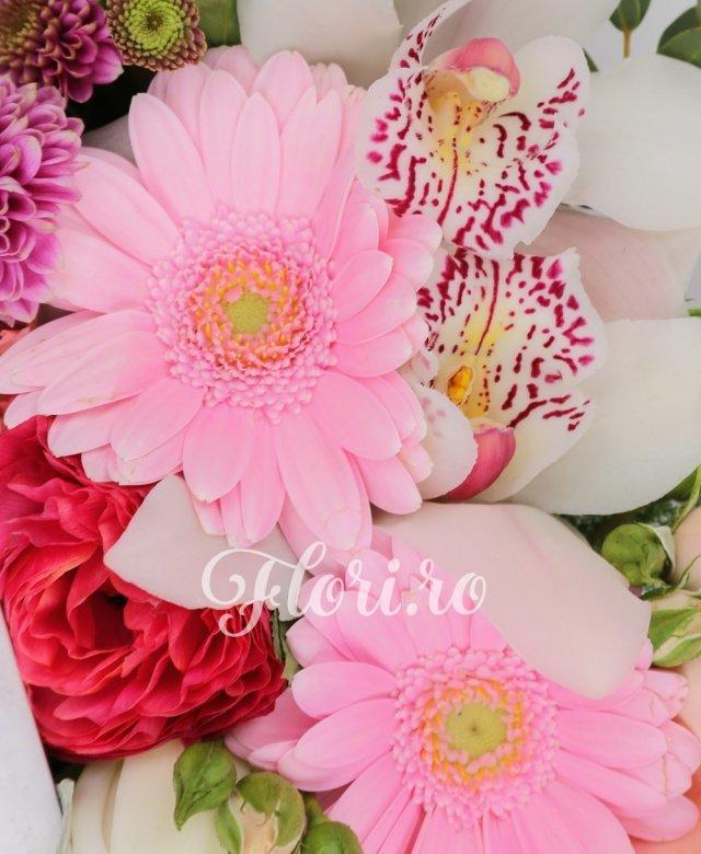 1 crin alb, 2 gerbera roz, 2 lisianthus roz, 2 miniroze roz, cymbidium alb, 1 santini roz, verdeață