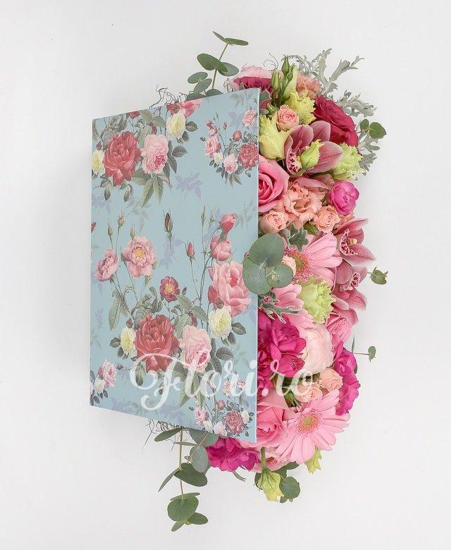 5 trandafiri roz, 2 gerbera roz, 5 frezii cyclam, 3 miniroze roz, 3 lisianthus roz, cymbidium roz, verdeață