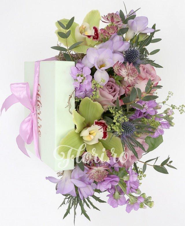 3 trandafiri mov, 3 matthiola mov, 3 frezii mov, 2 eryngium, cymbidium verde, verdeață