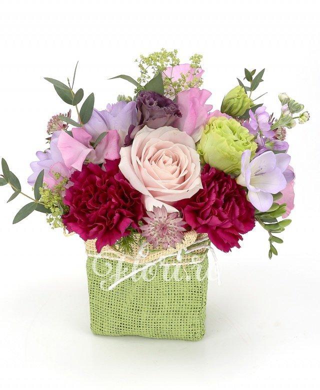 2 matthiola mov, 3 frezii mov,  trandafir roz, 3 garoafe cyclam, 2 lathyrus, 1 lisianthus verde, 1 lisianthus mov, 1 garoafă verde, verdeață