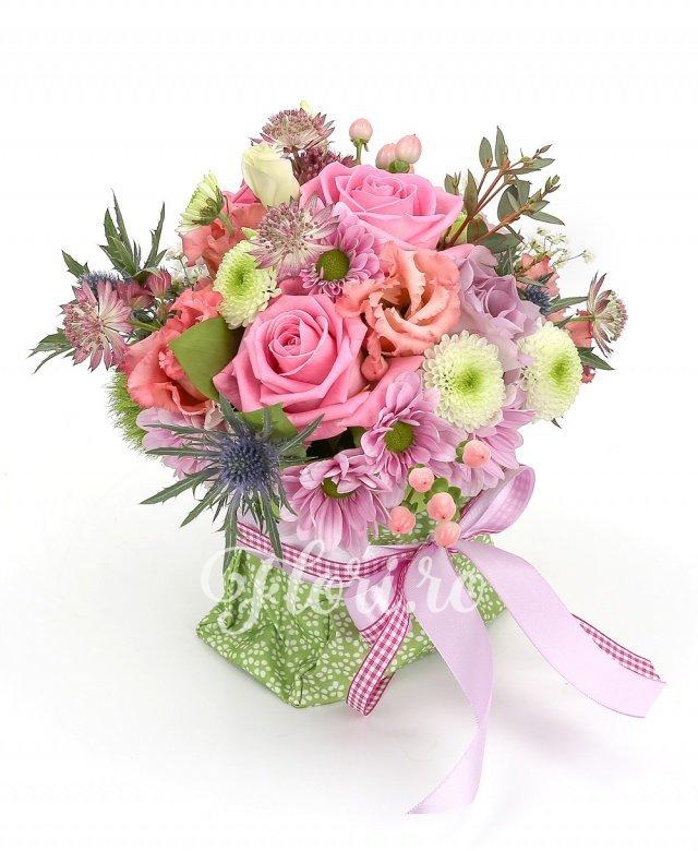 3 trandafiri roz, 2 trandafiri mov, 2 lisianthus roz, 3 hypericum roz, 1 crizantemă roz, 1 santini alb, 1 eryngium, verdeață