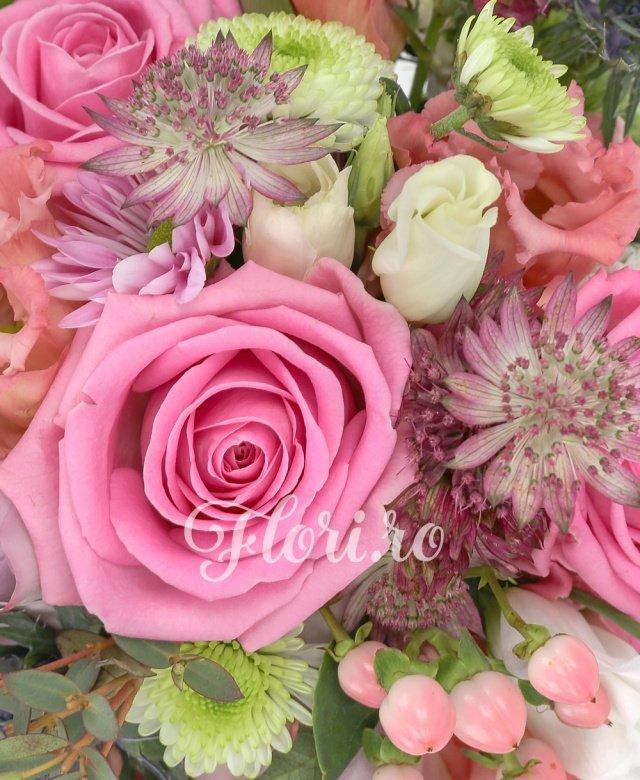 trandafiri roz,  trandafiri mov,  lisianthus roz,  hypericum roz,  crizantemă roz,  santini alb,  eryngium, verdeață