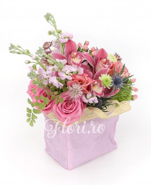 3 matthiola roz, 3 trandafiri roz, 3 hypericum roz, 2 lisianthus roz, 1 eryngium, garoafă verde, 1 santini alb, cymbidium, astranția roz